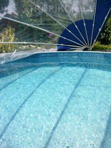 L'abri de piscine TROPIKO pour une extension de la saison, une eau chaude et bleue azur. Pour les piscines de jardin hors-sol et enterrées (circulaires / rondes).